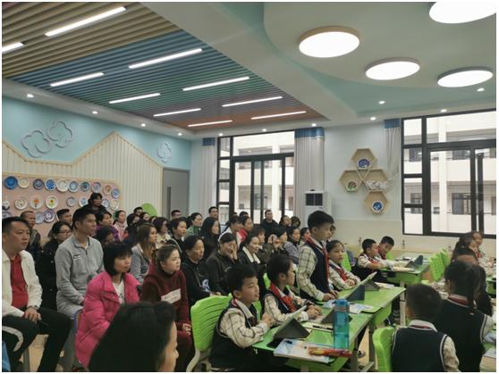 希沃陪你成长|南宁市阳光新城学校家长开放日体验智慧课堂